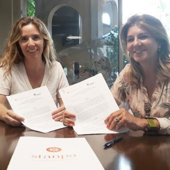 Val Díez (dcha.), directora gral. de STANPA y Carmen Rico (izq.), secretaria gral. de ANEPE durante la firma del convenio