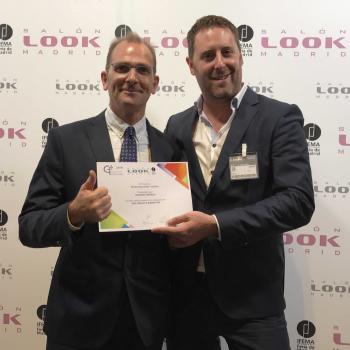 Daniel Frajdenrajch, de Starvac Group, y Esteve Julià, de Starvac Group Ibérica con el premio a la Innovación.